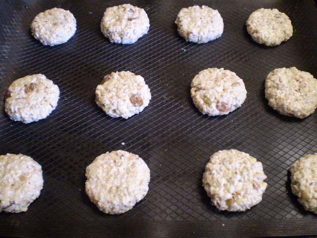 7. Включаем духовку на 200 градусов. Печенье мокрыми руками катаем в шарики и слегка сплющиваем. Выкладываем на смазанный лист или лучше на сухой силиконовый коврик (его смазывать не нужно).