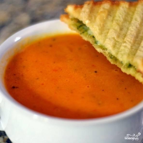Томатный суп-пюре готов. Вместе с супом я обычно подаю гренки с сыром - очень вкусно получается. Приятного аппетита!