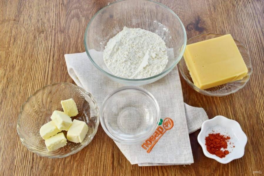 Подготовьте необходимые продукты. Сливочное масло нарежьте кубиками.