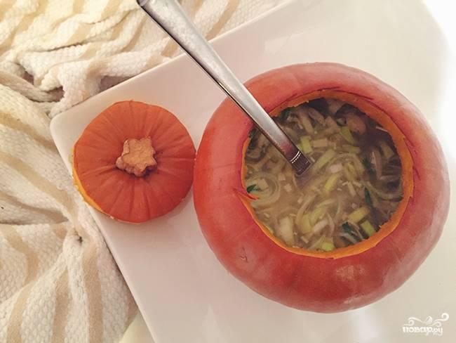 Готовый суп из тыквы и сыра можете подавать прямо в тыкве, поспав тертым пармезаном. Если супа получается много, я его по тарелкам разливаю.
