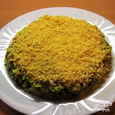 Равномерно посыпать салат тертым желтком.