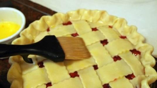 13. Верх смазать взбитым желтком. Дополнить этот простой рецепт пирога с вишней из песочного теста можно сахаром с ванилью или корицей для аромата, присыпав его сверху.