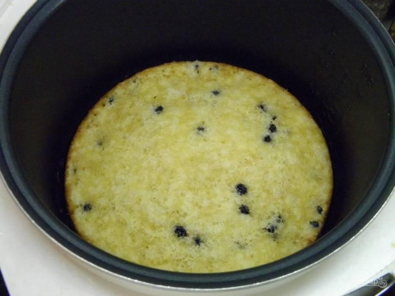 7. Пирог готов! Откройте крышку мультиварки и дайте ему не долго остыть, полежать в форме.