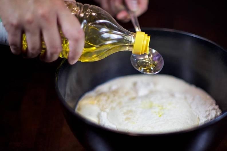 4. Теперь можно добавить растительное масло и тщательно перемешать тесто.