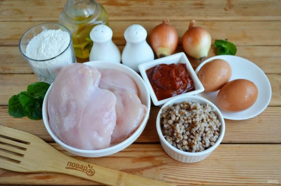 Подготовьте продукты. Вымойте куриное филе. Гречневую крупу переберите и тщательно промойте, залейте кипятком в соотношении 1:1 и варите до готовности, посолите перед варкой воду.
