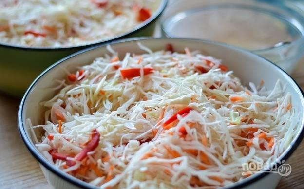 Все овощи перемешайте в салатнице, хорошо надавливая на ингредиенты.