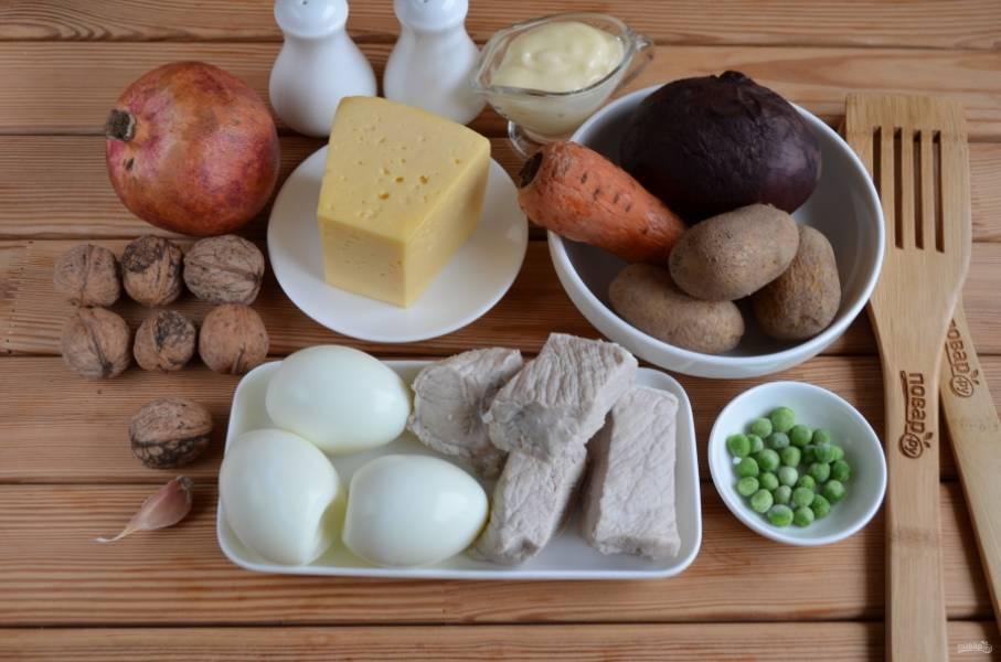 1. Подготовьте продукты для салата. Отварите овощи, яйца и мясо до готовности. Остудите.