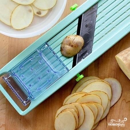 Тонко нарезаем картофель.
