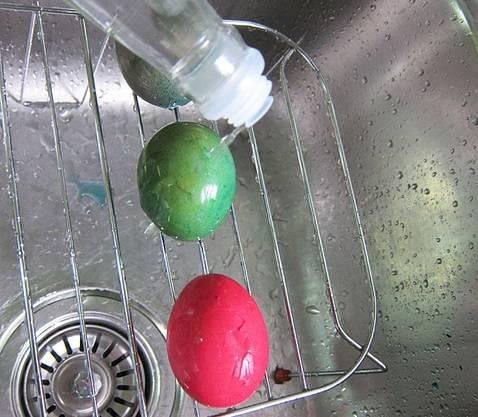 4. Затем аккуратно достать яйца из пакета и помыть под проточной водой. Чтобы цвет хорошо держался, взбрызнуть яйца обычным уксусом. Затем можно положить их на бумажные салфетки и дать хорошо высохнуть.