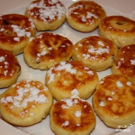 Посыпаем сырники сахарной пудрой - и подаем к столу в горячем виде. Готово!