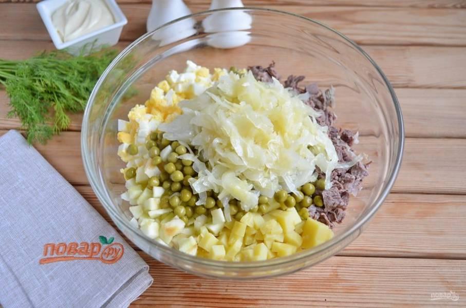 Соедините все ингредиенты в глубоком салатнике. Добавьте остывшую капусту.