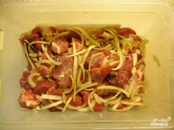 Мясо хорошо перемешать и подавить руками. Мариновать можно полчаса или больше.