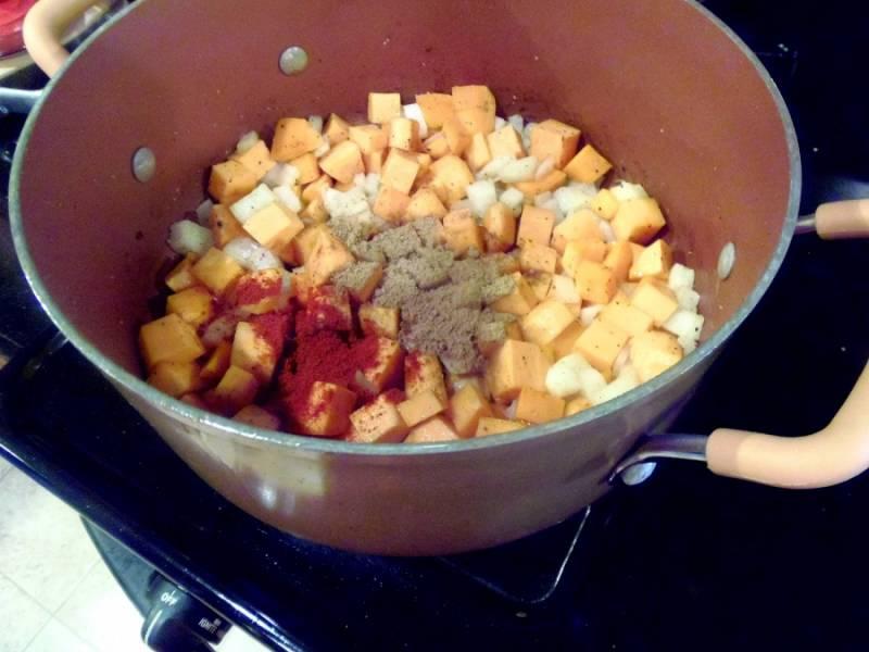 Складываем овощи в кастрюлю. Солим, перчим и добавляем специи по вкусу. Добавляем также измельченный чеснок.