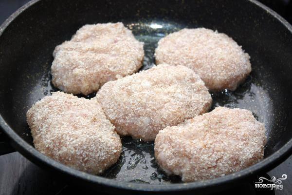 Из фарша формируем небольшие котлетки, обваливаем их в панировочных сухарях - и на разогретую сковороду.