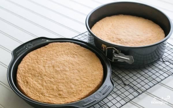 6. Разложите тесто в формы и отправьте в духовку минут на 20-25. После остудите первые 10 минут в форме, а затем переложите на решетку. Оставьте до полного остывания. Очень удобно делать коржи за день, чтобы бисквитный торт с фруктами и творожным кремом в домашних условиях лучше пропитавался и был нежнее.