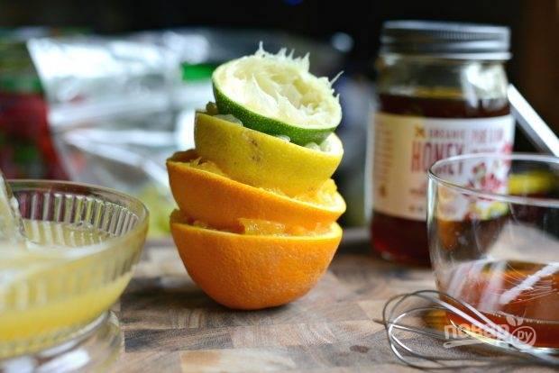 1. Из лимона, лайма и апельсина выжмите сок.