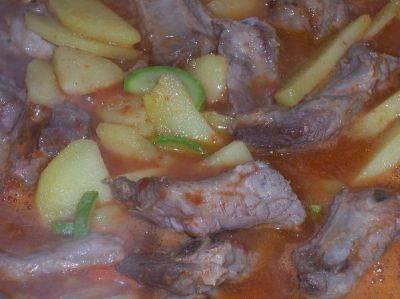 4. Когда все ингредиенты чуть поджарятся, вливаем вино, перемешаем. Затем - томатную пасту, опять перемешаем. А затем вливаем воду, сколько посчитаете нужным для тушения.