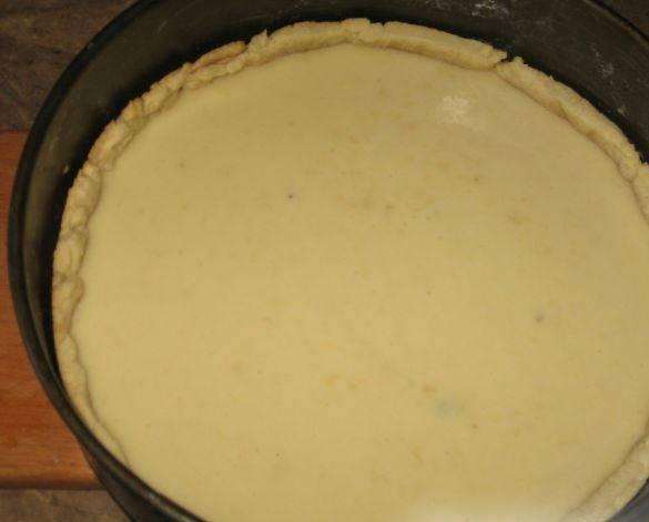 На дно испеченного коржа кладем ломтики бананов, сверху заливаем кремом. Выпекаем 40 минут в духовке, температура 180 градусов.