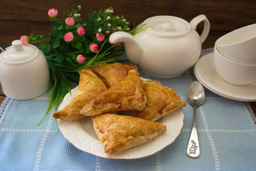 Включаем духовку на 180 градусов. Выпекаем пирожки до готовности и подаем к столу как в горячем виде, так и в остывшем. Оба варианта вкусны.
