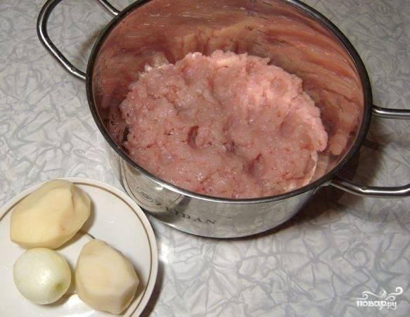 Итак, очищаем картофель и лук. Фарш можно использовать уже готовый, но я предпочитаю делать его сама, поэтому я перекручиваю филе индейки через мясорубку.