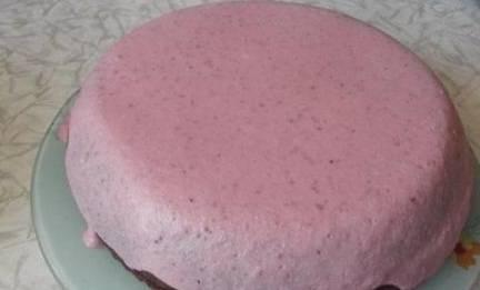 Остатки крема выливаем сверху, отправляем торт в холодильник на часик.