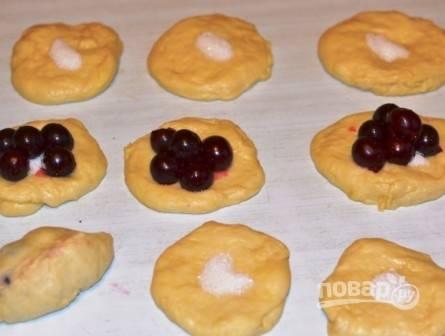 Пирожки дрожжевые с вишней - пошаговый рецепт