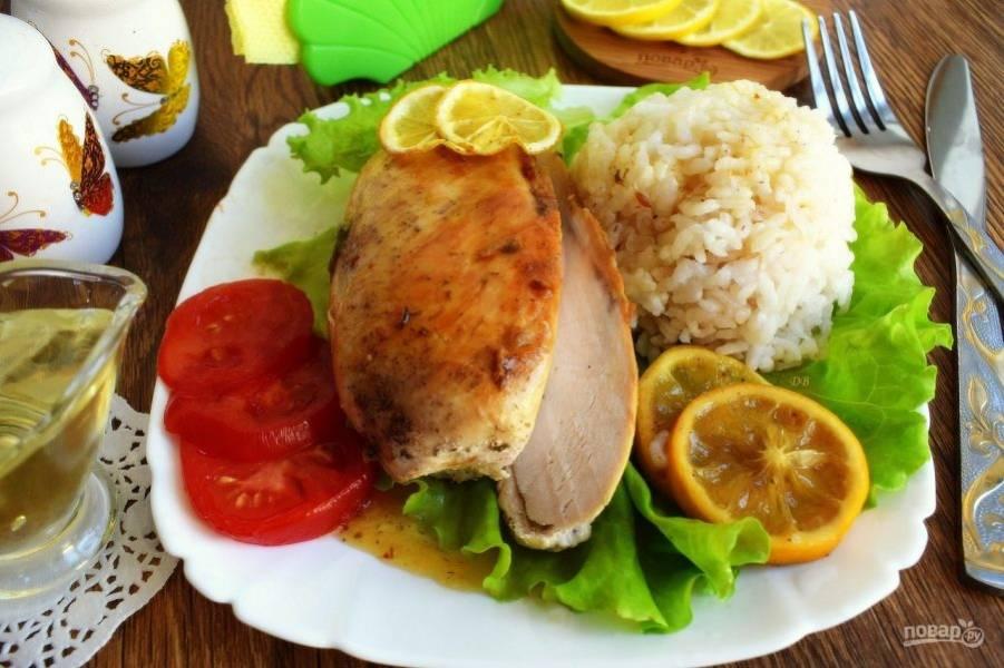 Подавайте грудки с отварным рисом, свежим салатом и овощами. Приятного аппетита!