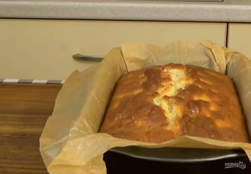 4. Оставьте кекс в форме на 10 минут, после чего перенесите на доску и полностью остудите. Приятного аппетита!