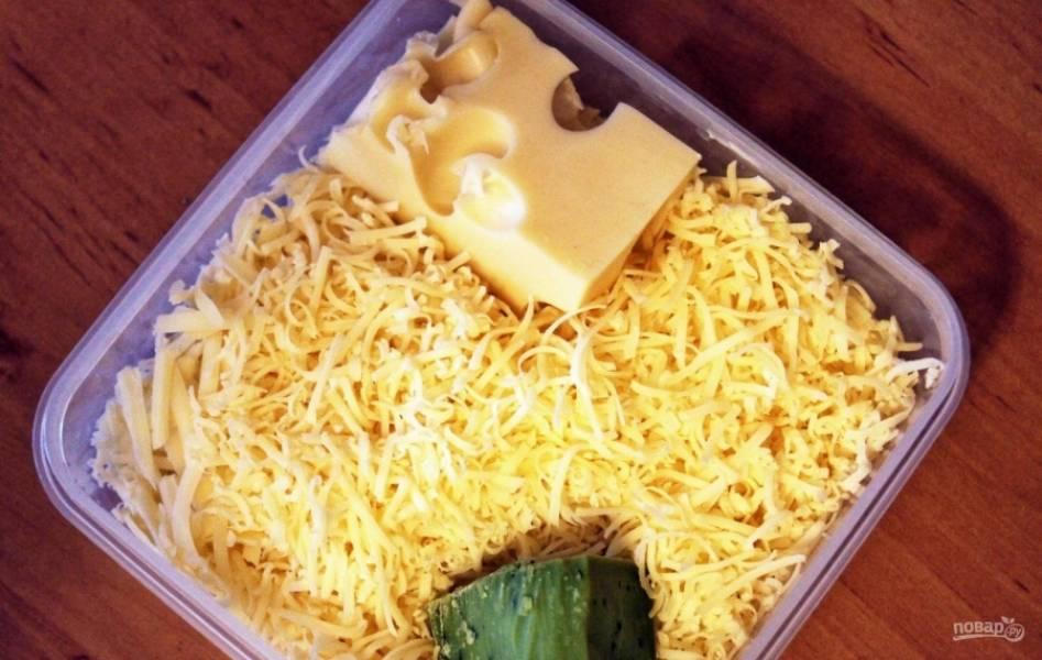 2.Пока варятся макароны, займусь соусом: твердый сыр натираю на мелкой терке.