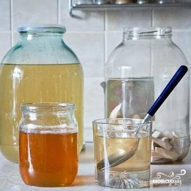 Процеживаем получившуюся хреновуху, чтобы очистить ее от всего, что мы в нее добавляли. Переливаем в чистую баночку. Наливаем стакан хреновухи, размешиваем в ней наш мед, и наливаем обратно в банку. Заливаем оставшимися 300 мл водки, вновь закрываем и оставляем еще на 1 день, после чего разливаем по бутылкам и пьем :)