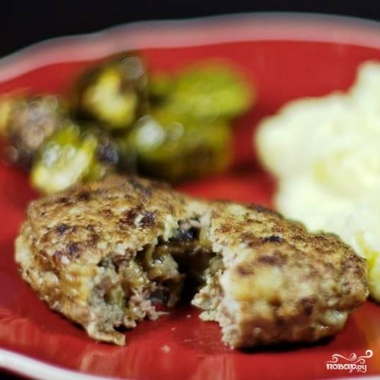 Котлеты, фаршированные грибами, готовы. Приятного аппетита! :)