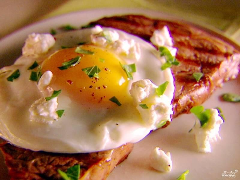 Бифштекс с куриным яйцом