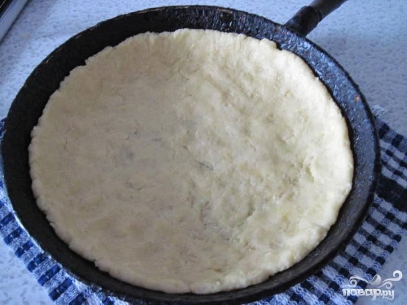 Бумагу смазать маслом с двух сторон, выложить в форму, разложить тесто по форме ,сформировав бортики.