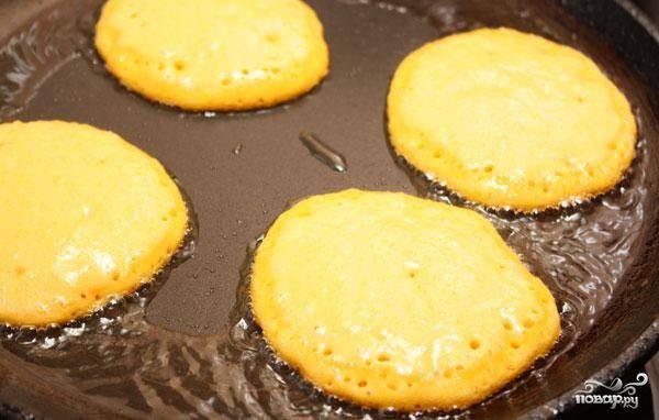 В сковороде разогреваем растительное масло. Обжариваем в нем наши оладьи с двух сторон.