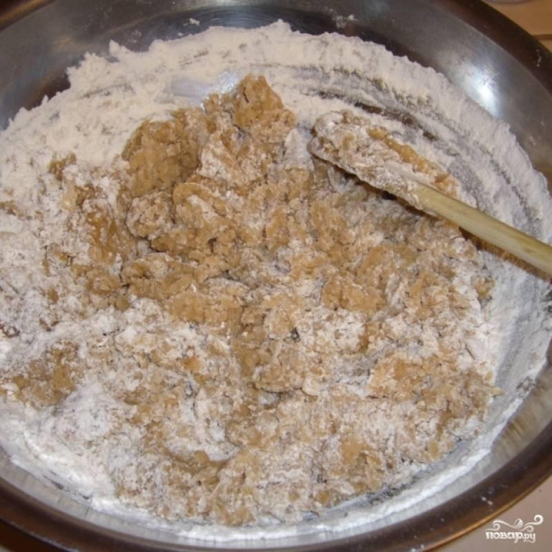 4. Влейте в муку теплую смесь из специй, сахара и масла. Перемешайте и замесите тесто.