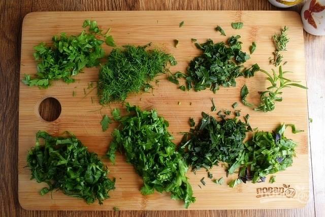 Зелень измельчите и отправьте в суп, посолите и поперчите по вкусу. Проварите 1 минуту, снимите с огня.
