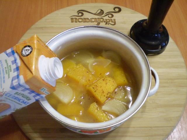 Готовый суп пюрируйте блендером. Влейте сливки, добавьте щепотку мускатного ореха. Откорректируйте на соль суп.