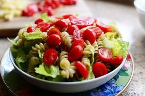 Салат с макаронами и помидорами - фото шаг 7