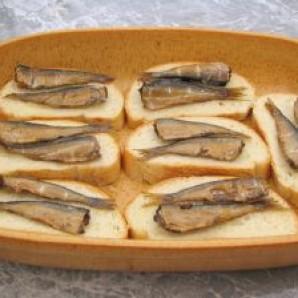 Горячие бутерброды со шпротами - фото шаг 4