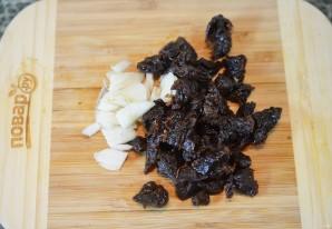 Кальмары, фаршированные грибами и черносливом - фото шаг 3