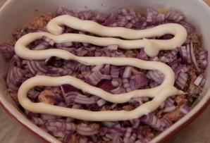 Салат из консервированной рыбы - фото шаг 3