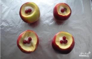 Печеные яблоки с клюквой - фото шаг 4