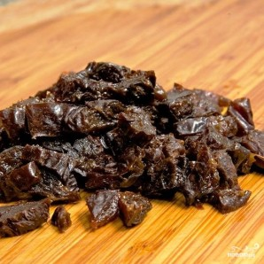 Свекольный салат с черносливом и грецкими орехами - фото шаг 6