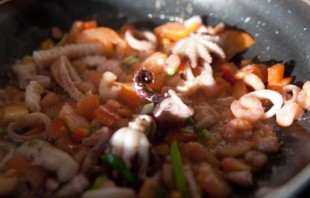 Морепродукты под соусом - фото шаг 3