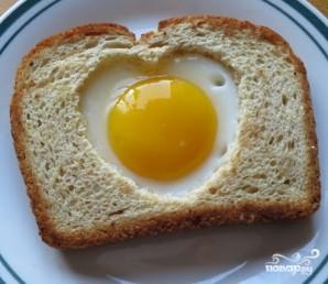 "Яичница в хлебе ""Сердечко"" - фото шаг 1"
