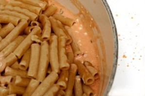 Запеченная паста с творогом, сыром и помидорами - фото шаг 4