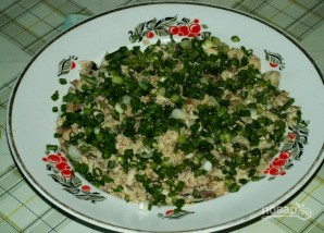 Салат с рыбными консервами - фото шаг 2