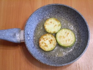 Кабачки, жареные с чесноком и помидорами - фото шаг 6