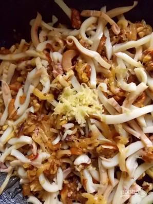 Салат с кальмарами, грибами и орехами - фото шаг 7