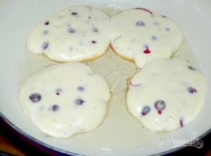 Бисквитные оладьи с черной смородиной - фото шаг 5